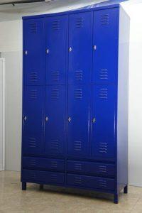 ארון בגדים בגוון כחול רויאל